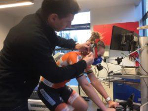 Lactaatmeting tijdens VO2max Test op de fiets